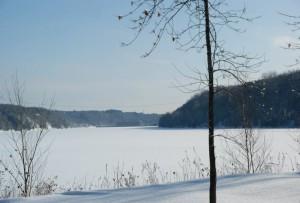 Chalet en location – Vue sur la rivière en hiver